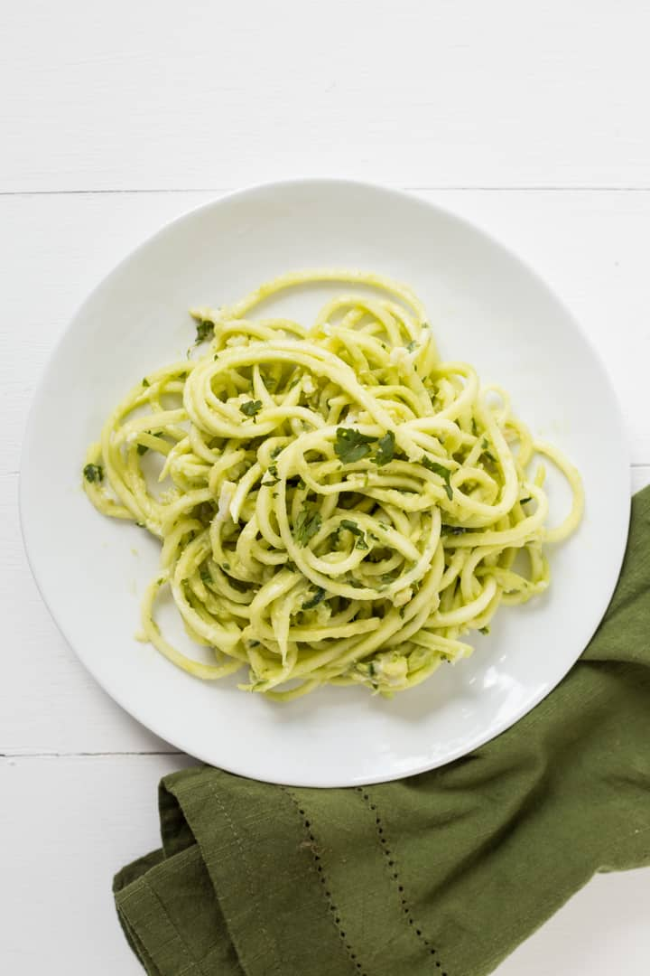 Crab zucchini pasta with spicy avocado sauce inspiralized - Comment cuisiner courgette spaghetti ...